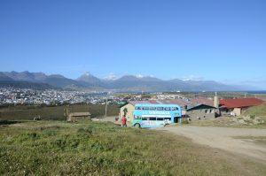 Mit dem englischen Oldtimer durch Ushuaia. Es gibt nicht all zu viel zu sehen, aber das was es gibt, ist mit Kindern ungünstig zu erlaufen. Es ist auch irgendwie charmant mit dem Oldtimer die Gegend zu entdecken.