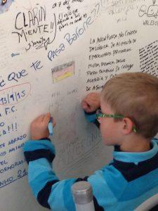 """Zur Erinnerung: """"Wir waren hier"""" . Die ganze Wand ist vollgeschrieben von Gästen, die bereits hier waren. Auch unser Sohn verewigt sich."""