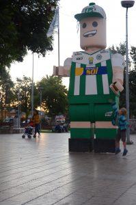 Ein riesiges Legomännlein begrüßt die Kinder auf dem Plaza in Vallenar