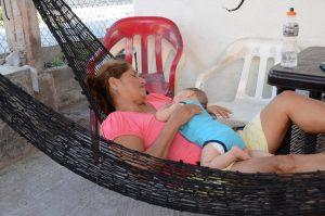 Ofelia und das Baby bei einer Siesta.