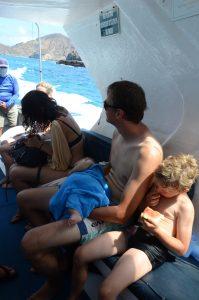 Ausruhen auf dem Boot auf der 360° Tour um San Cristóbal